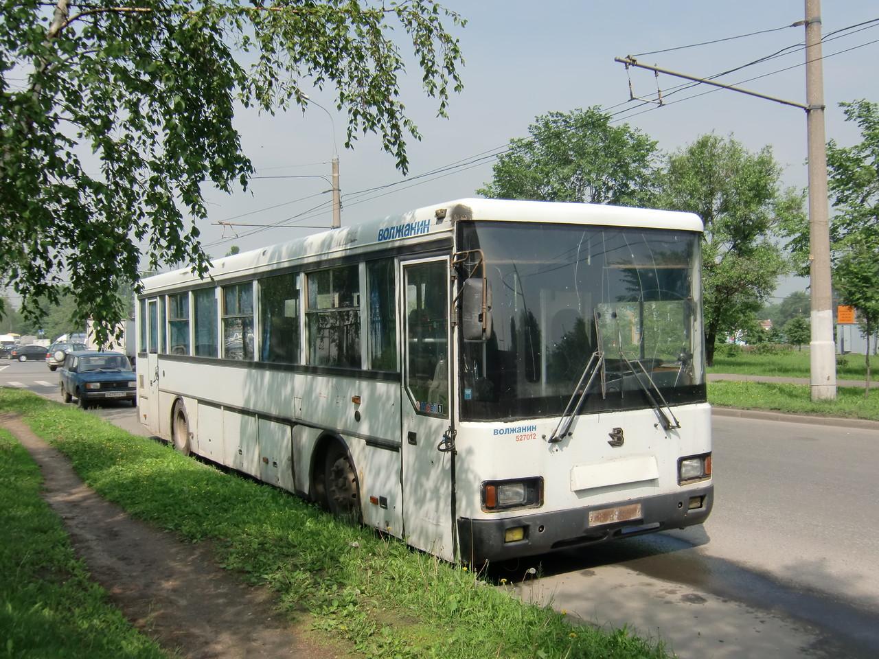Наклейка на передке явно не соответствует содержанию автобуса