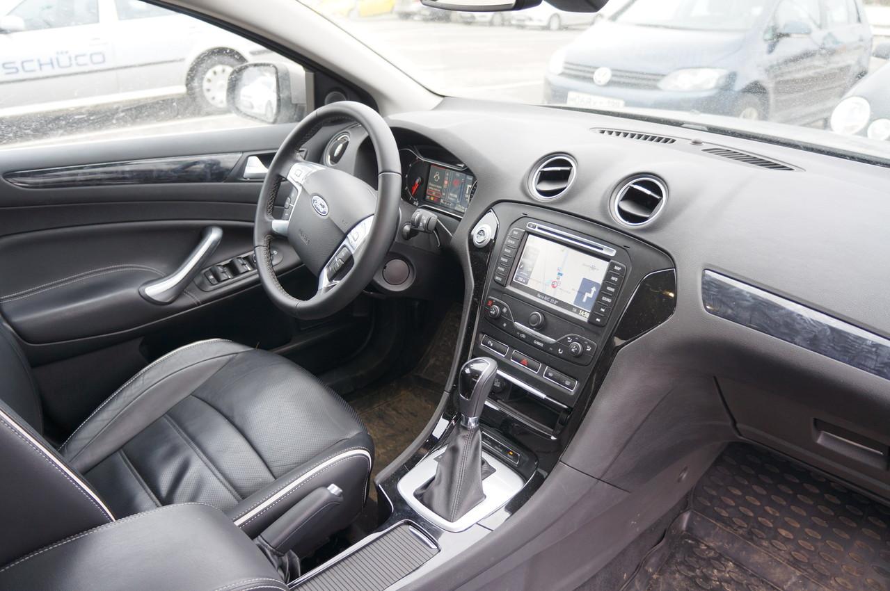 Кожаная отделка рукоятки рычага переключения передач и рулевого колеса - признак богатой комплектации