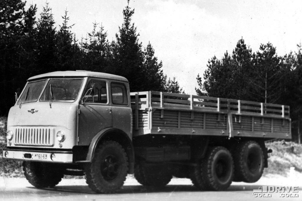 Бортовой грузовик с 3-й подъемной осью МАЗ-516, грузоподъемность 14 000 кг.