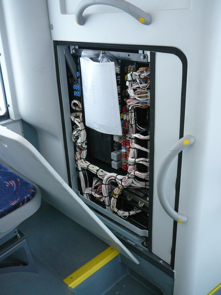 В перегородке кабины и со стороны салона блок коммутации. За спинкой водительского кресла - аналогичный