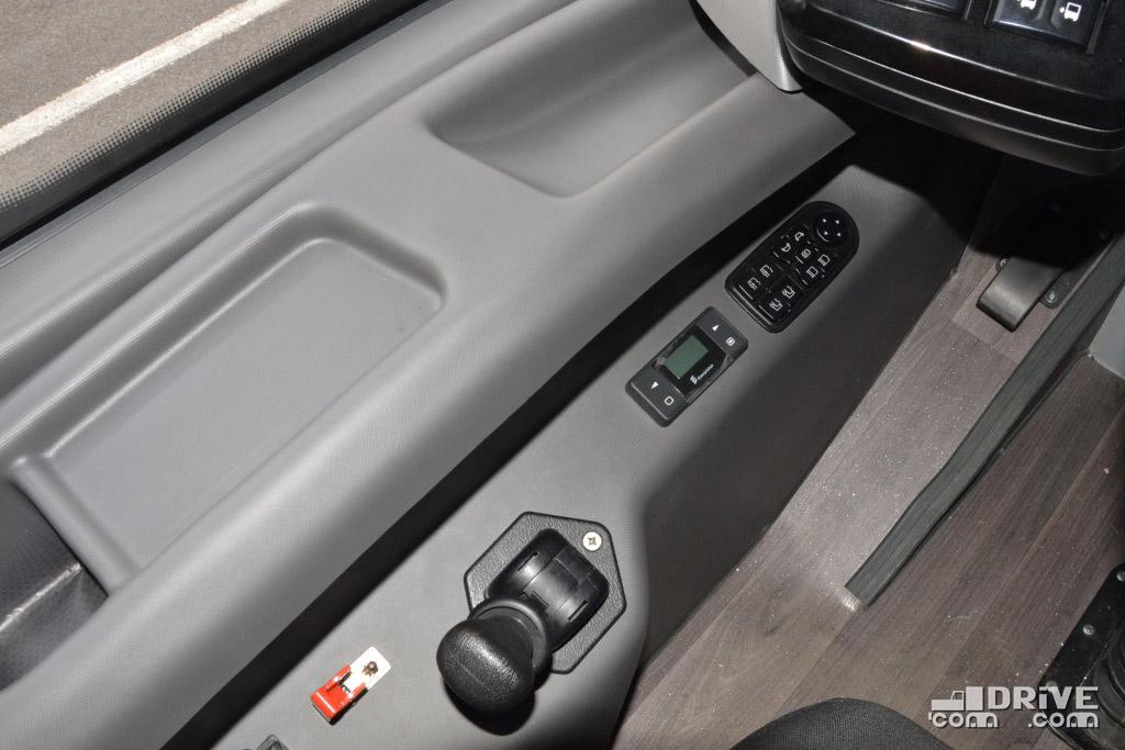 Блок управления зеркалами сгруппирован с пультом управления потолочными люками - все верно, они с электроприводом, и открыть их без ведома водителя не получится