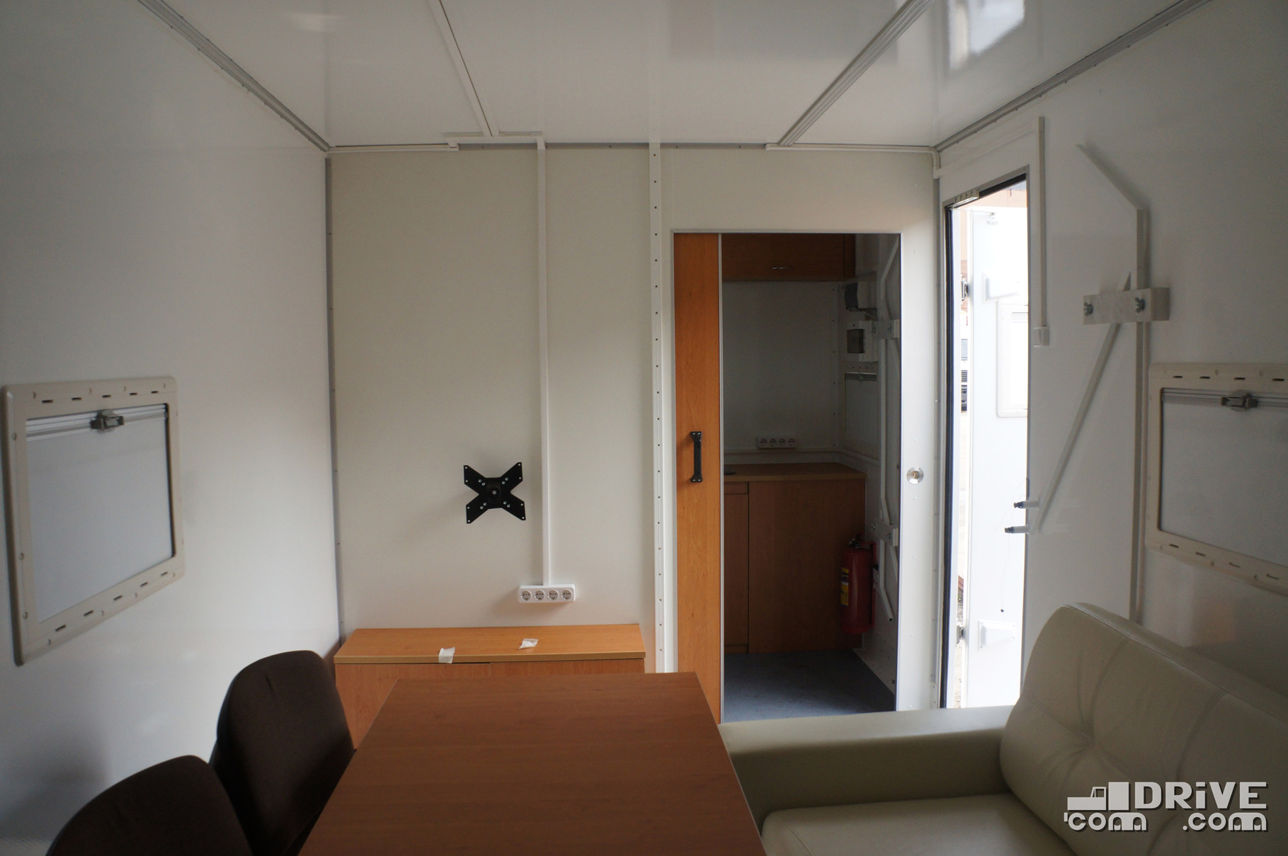 На внутренней перегородке предусмотрено крепление для солидного монитора и целых 4 розетки для допоборудования. В кухонный блок ведет сдвижная дверь