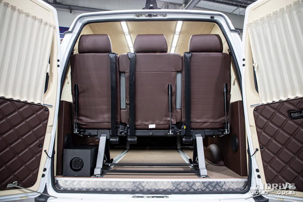 Багажника как такового у миниэна нет - разве что сумку под диван заднего ряда бросить...