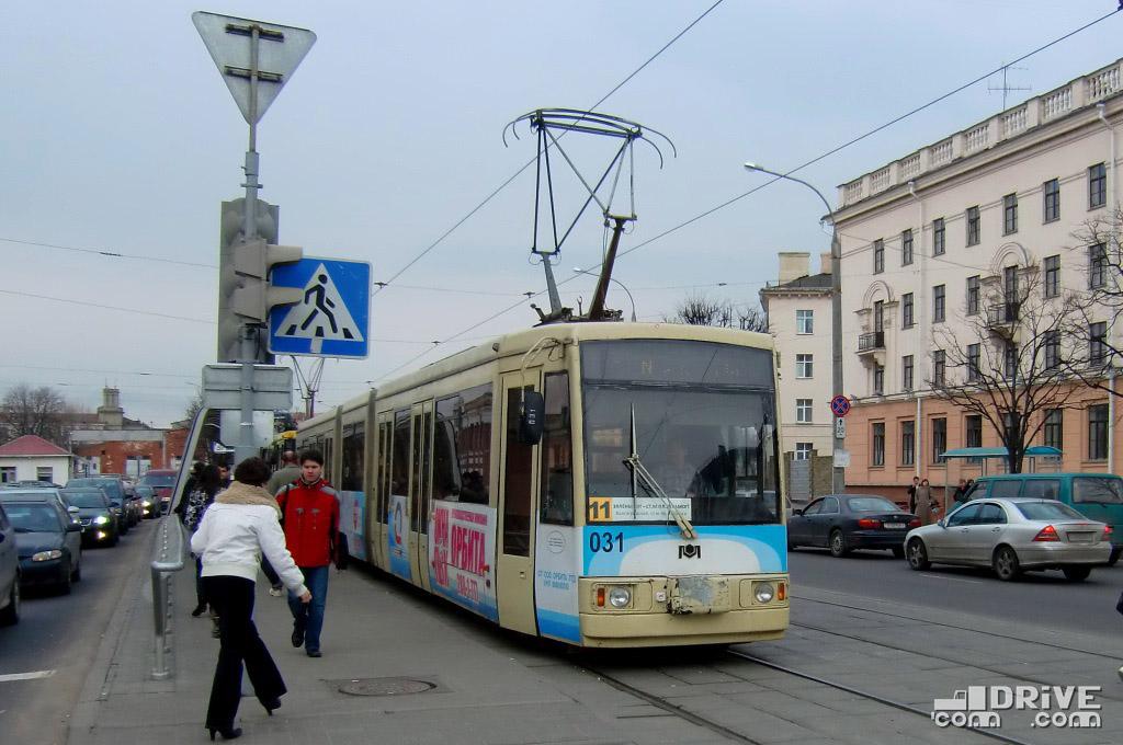 """Вагон БКМ 743 (заводской №001) постройки 2002 года. Является первым сочлененным трамваем производства """"Белкоммунмаш"""". Вагон собран в единственном экземпляре, однако до сих пор эксплуатируется на маршрутах. Минск, просп. Машерова. 07/04/2010"""