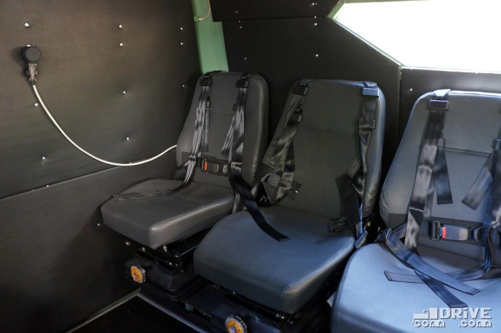 Размещение сидений спиной к бортам в случае нападения не позволит вести огонь через амбразуры, которые, впрочем, и не предусмотрены. Зато передвигаться по салону при такой компоновке намного удобнее