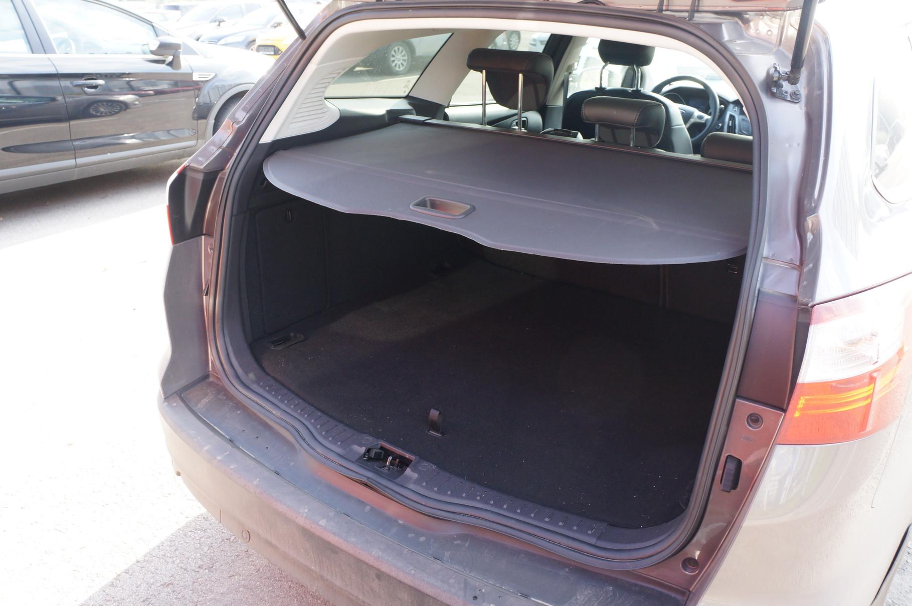 Сдвижная шторка прекрасно прикрывает бездонный багажник от ненужных взглядов