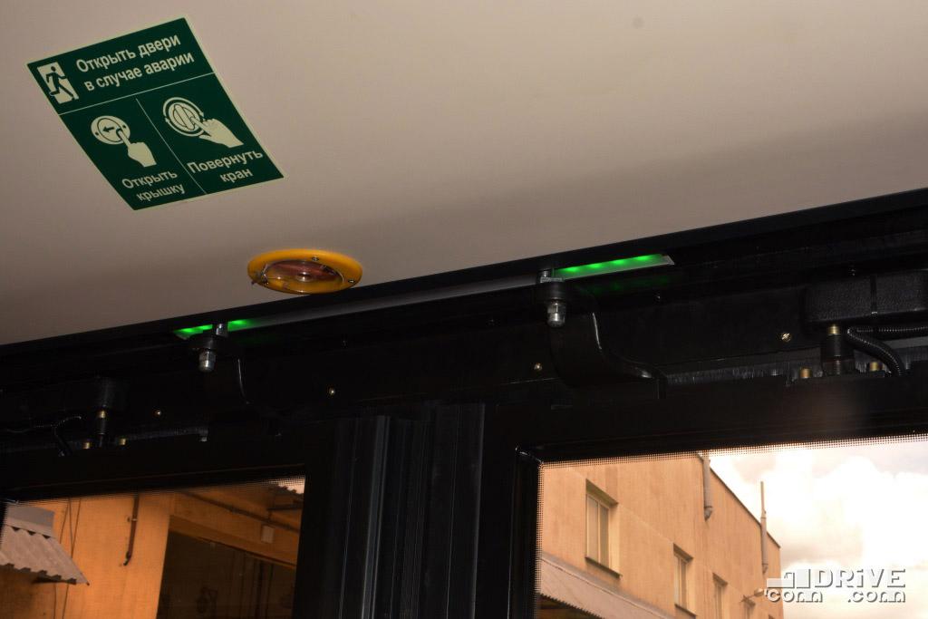 """Зеленая подсветка над дверью - """"выход разрешен"""" и створки вот-вот распахнутся"""