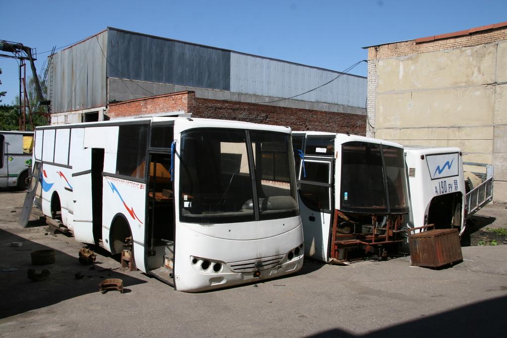 А это - остовы трех других грузопассажирских машин. Фото Николая Маркова