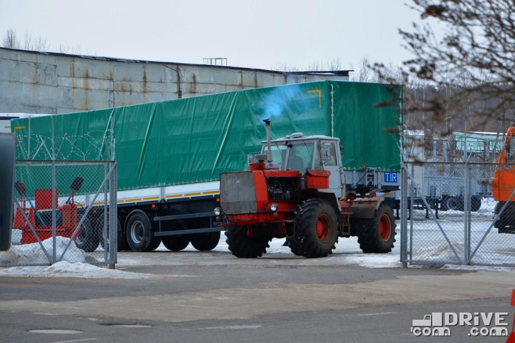 Неизменный заводской тягач полуприцепов - Т-150К. Так их буксировали по заводу в 2012-м, так же перемещают и в 2019-м