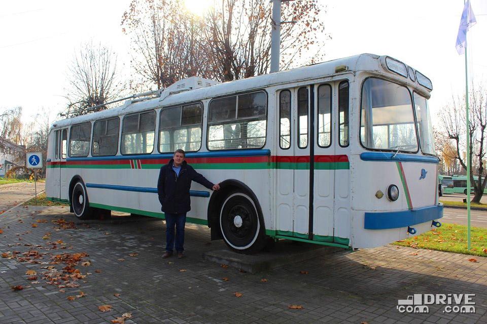 Дмитрий Сапранович у троллейбуса-памятника ЗИУ-5