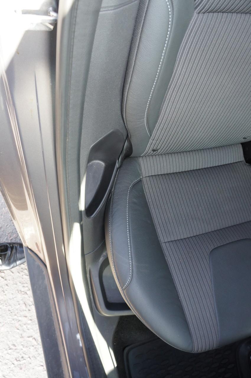 А это две мини-емкости возле задних сидений - теперь не надо думать, куда убрать салфетку