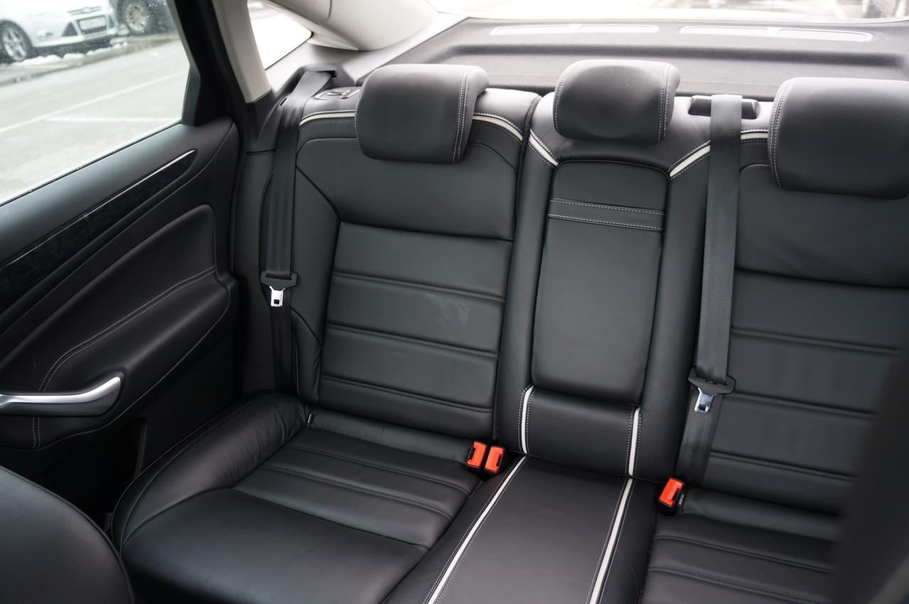 Заднее сиденье отформовано для двоих, но ехать в середине тоже довольно удобно
