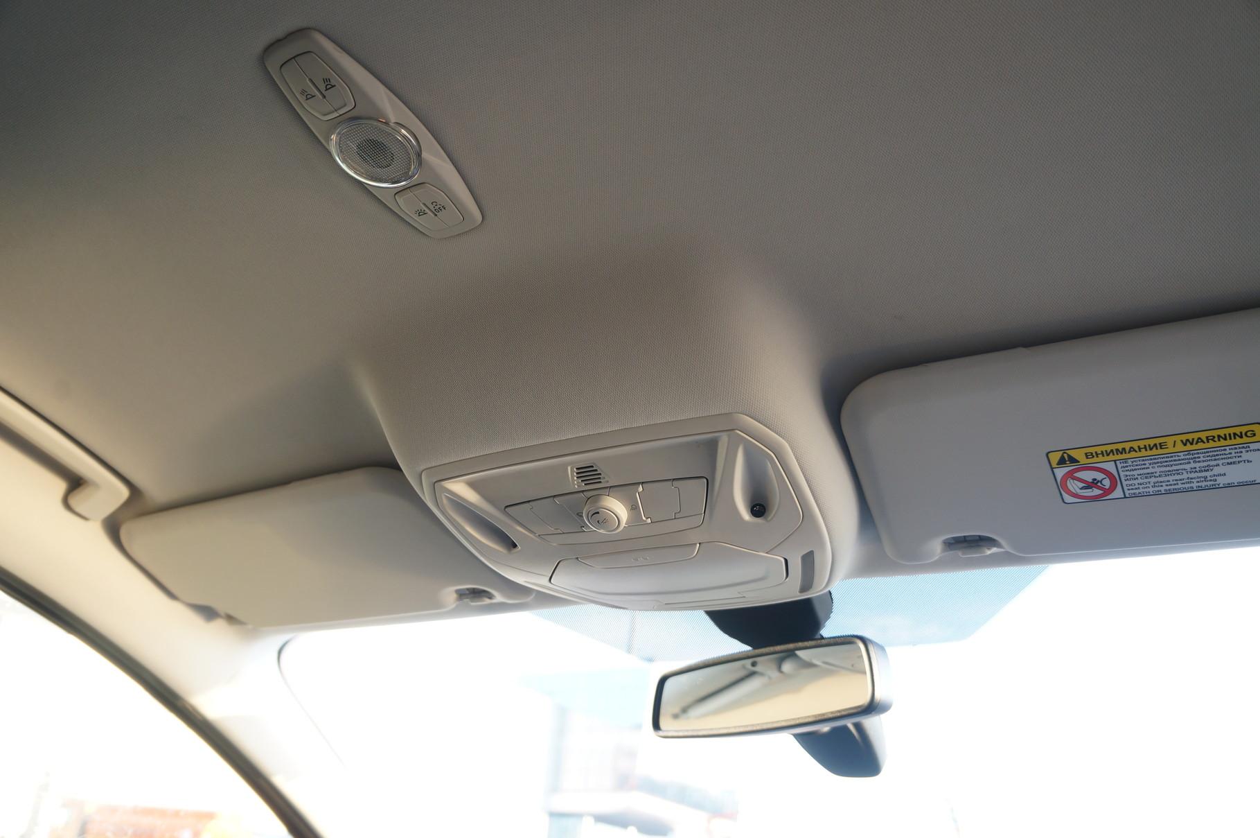 Барашка под потолком регулирует яркость освещения салона - в машине сталкиваюсь с такой функцией впервые