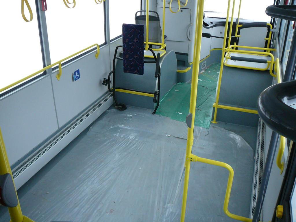 Зато впереди огромный «танцпол» с местом для крепления инвалидной коляски и только одно сидячее место