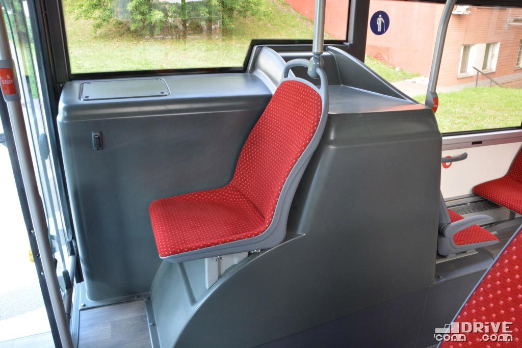 Между окном и сиденьем - топливный бак. Непривычно, но все лучше, чем просто короб на колесной арке