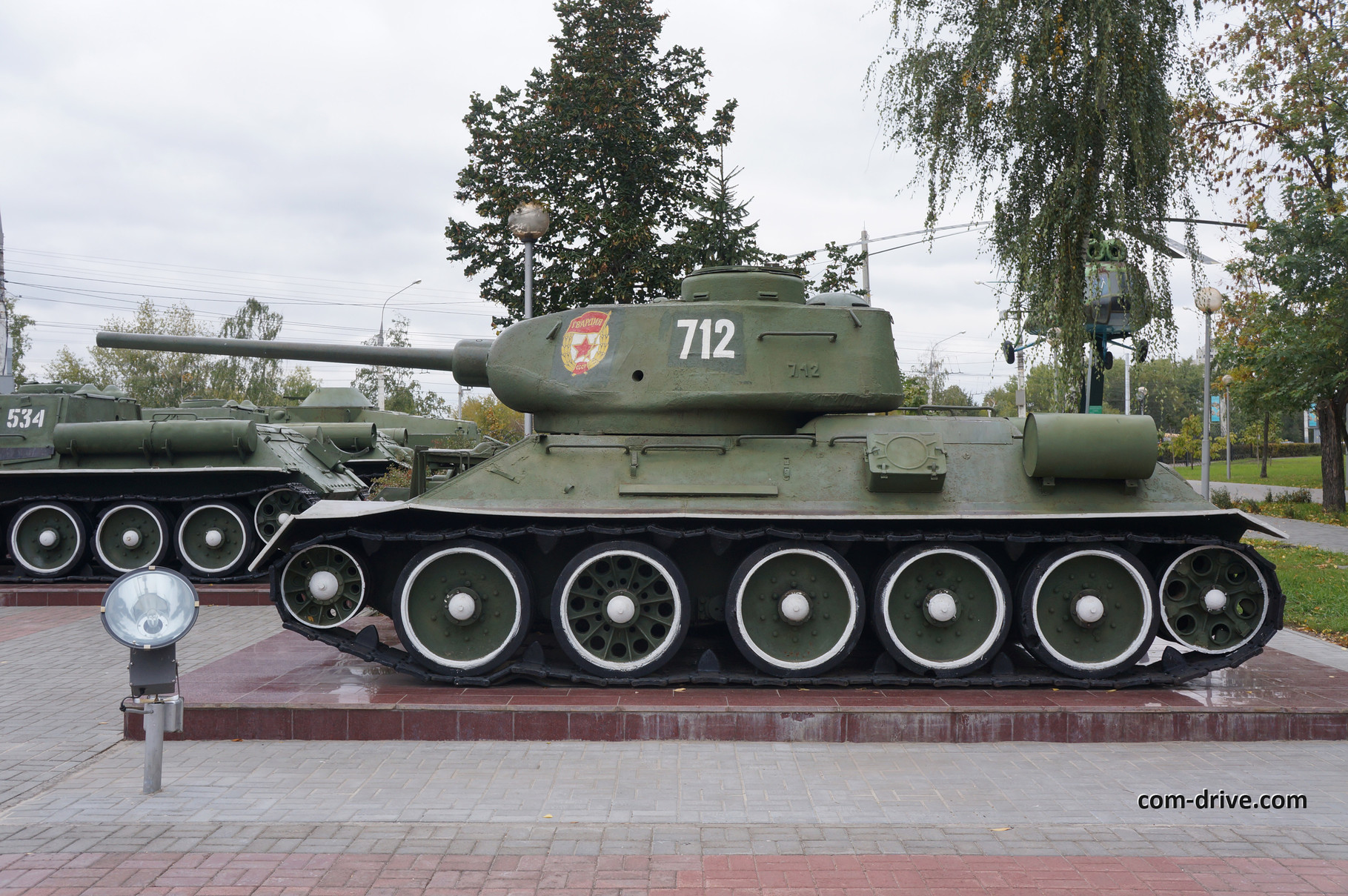 Своеобразной правдоподобности Т-34-85 добавляет сочетание различных типов катков, что было нередким явлением в годы войны