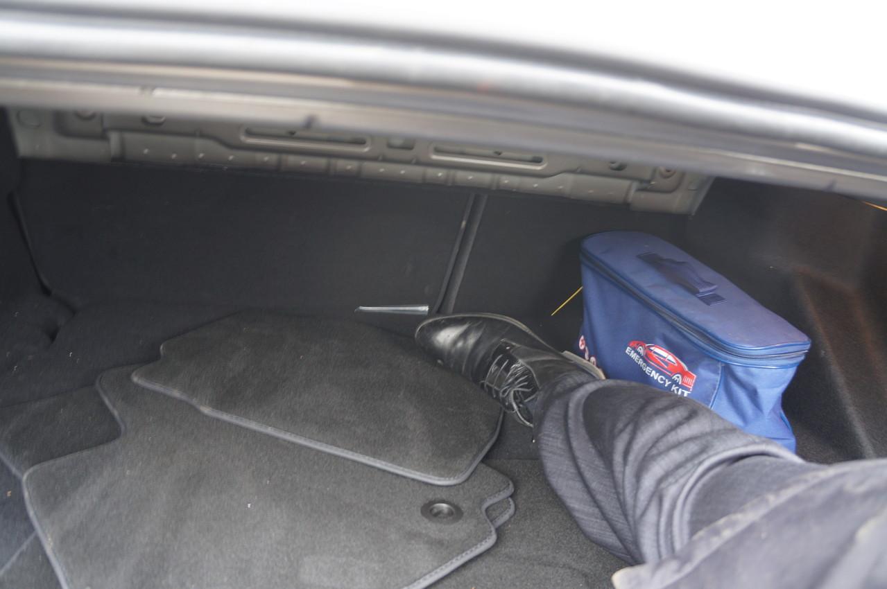 Стоя на асфальте, в него можно легко забросить ногу, но вот достать до спинки сидений уже не получится