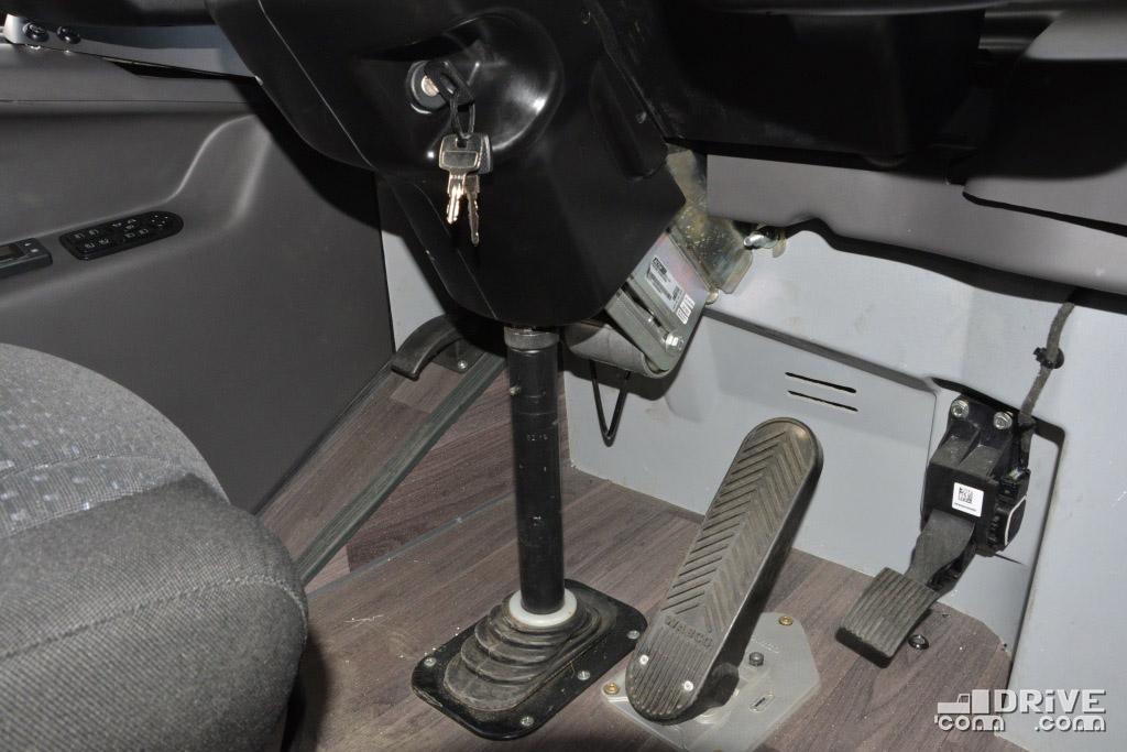 """Обратите внимание на наклонную """"полочку"""" для левой ноги водителя. Рычажок отпирания капота с нее обязательно переедет, чтобы случайно не пачкать его обувью"""