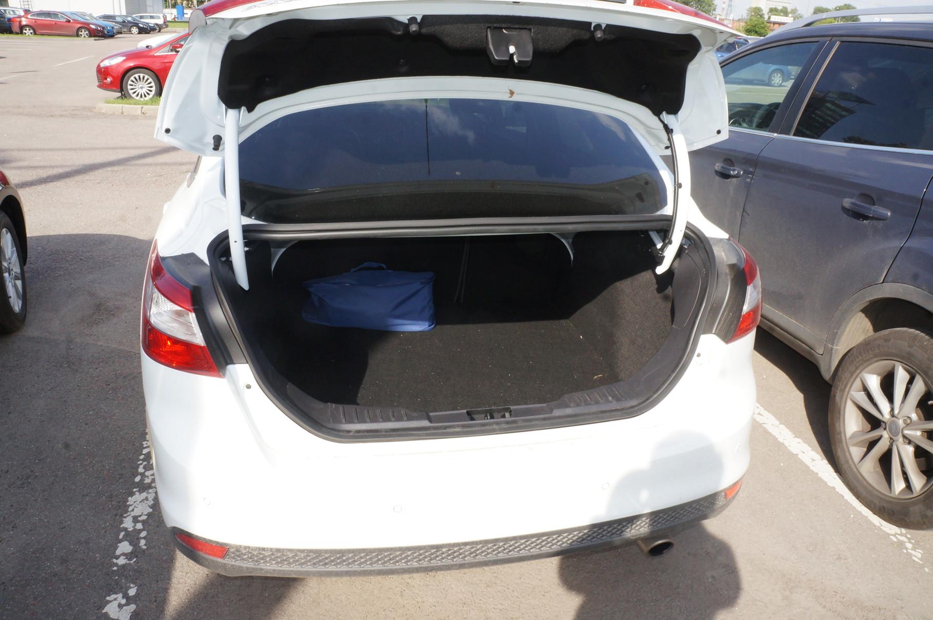 В седане багажник по всем параметрам уступает в плане функционала универсалу