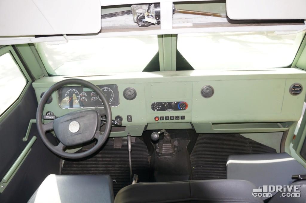 У санитарной версии отсутствует монитор на передней панели, зато установлены более совершенные дефлекторы воздуховодов
