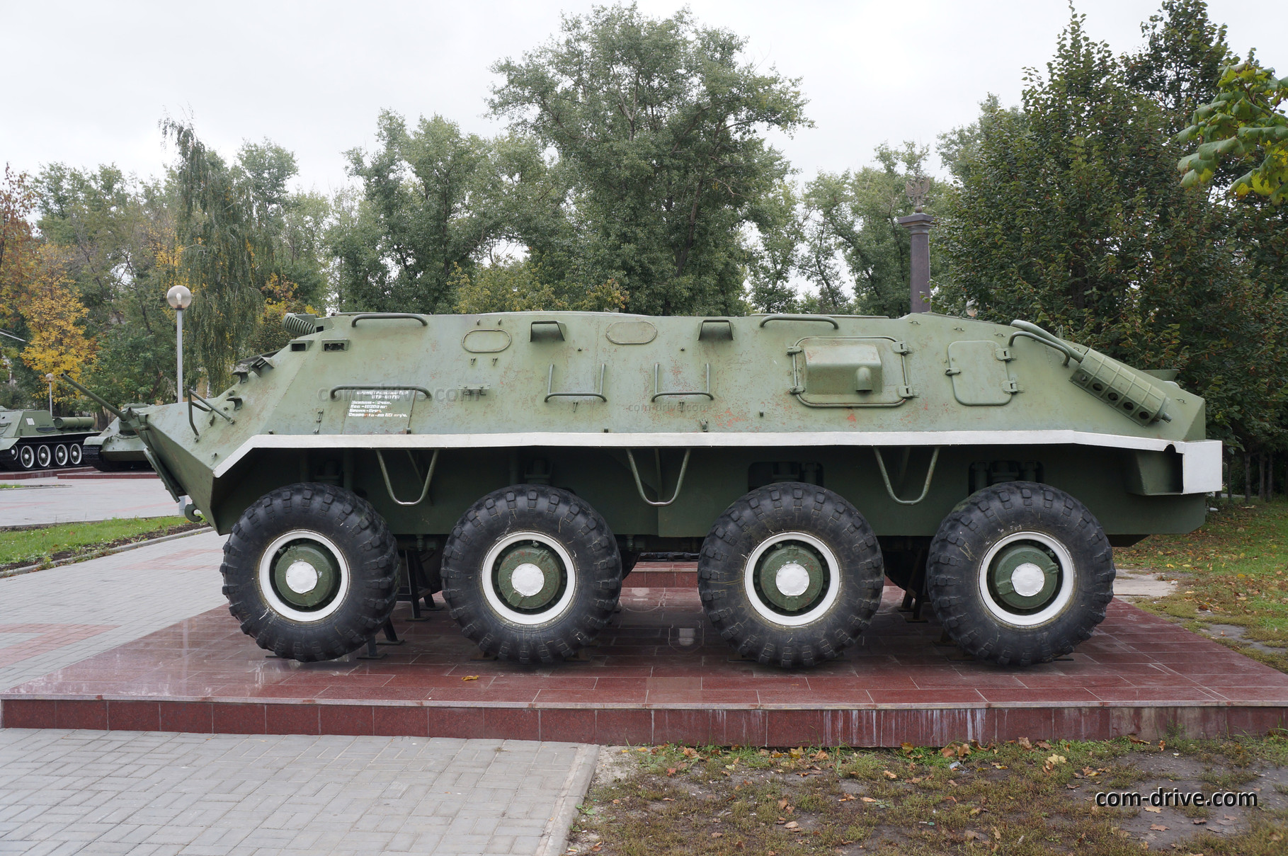 Бронетранспортер БТР-60ПА имел закрытую крышу и танковый пулемет ПКТ. Как раз он, увы, на экспонате отсутствует