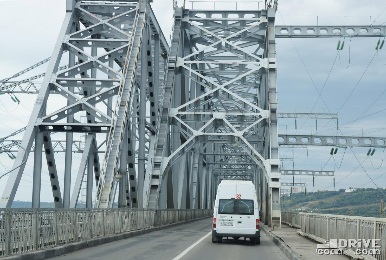 Слева – фермы одноколейного железнодорожного моста. Справа – двухполосный автомобильный мост