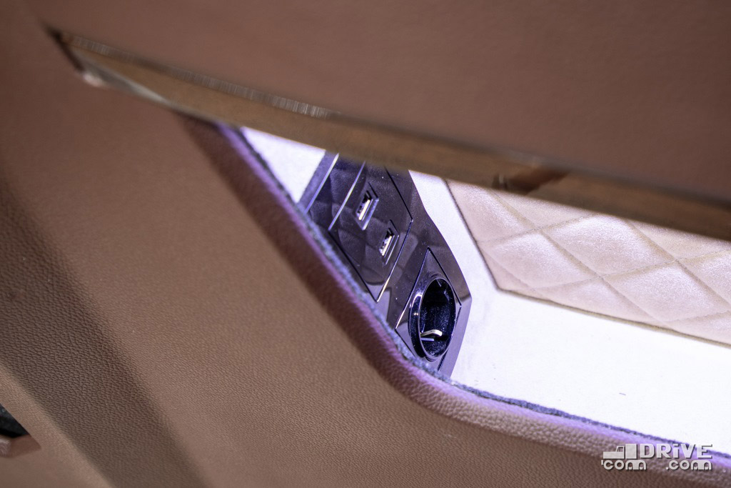 В нишах возле сидений розетки - 4 штуки и USB-разъемы - 8 штук