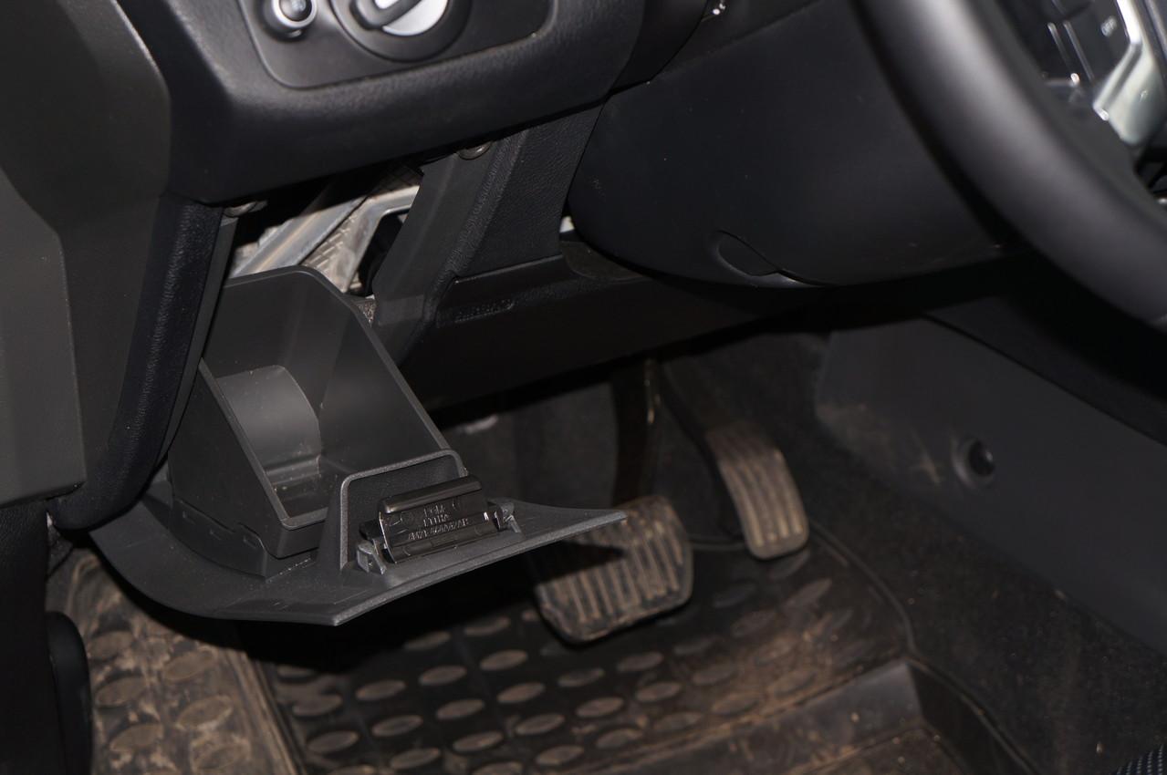 Мини-отсек для мобильника слева от рулевой колонки