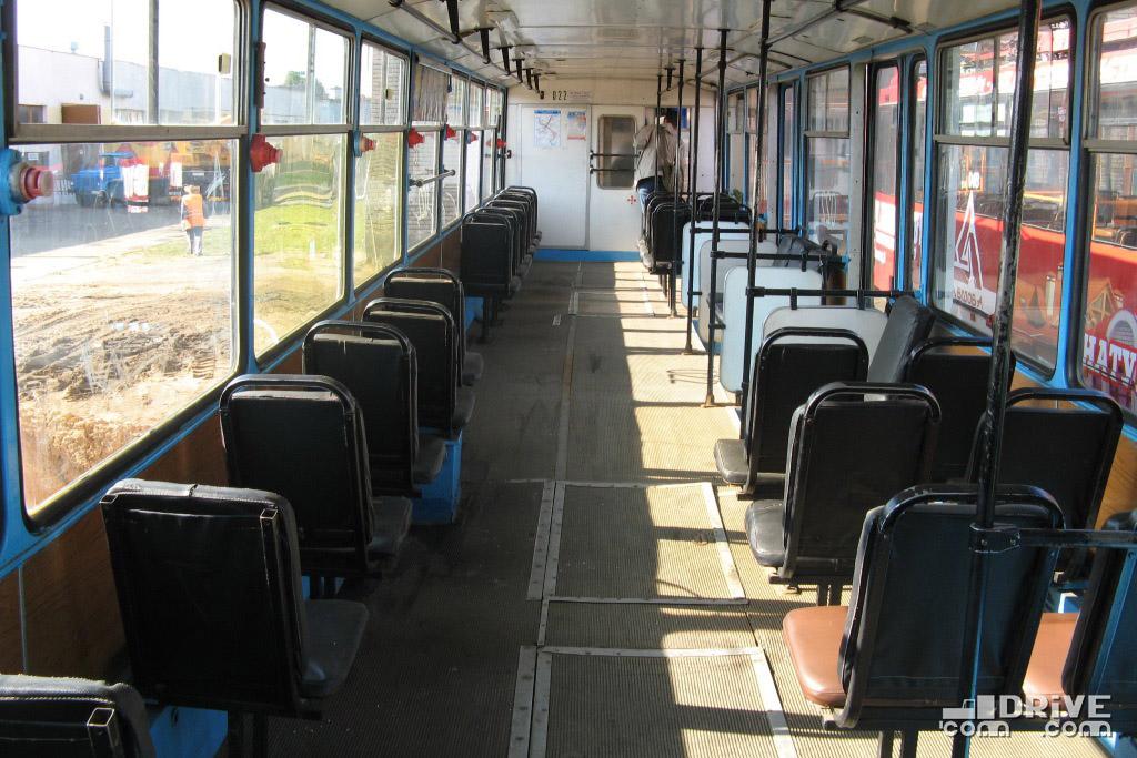 Единственный в Минске вагон данной модели выделялся двумя 2-створчатыми и двумя 1-створчатыми служебными дверями и оригинальной планировкой салона. Фото Ивана Войтешонка. 01/09/2008