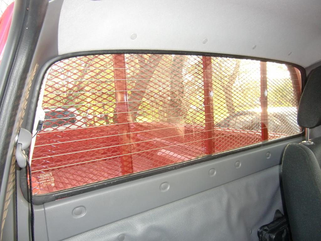 Здоровенное стекло в задней стенке оснащено обогревом. Его цель - скорее не растопить лед или удалить запотевание, а подсушить грязь и брызги, т.к. протереть его вручную довольно проблематично из-за защитной сетки кузова