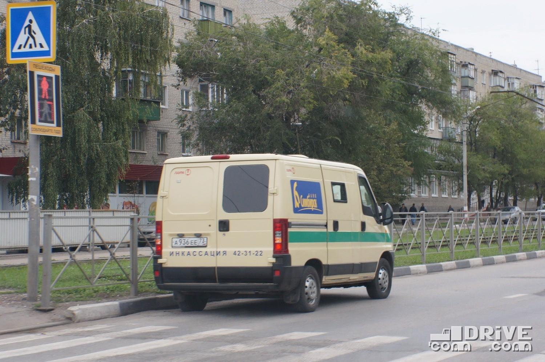 """Признайтесь, вас тоже раздражают """"кошельки на колесах"""", которые паркуются, где им вздумается? Это вы еще не видели, как лихо эти парни останавливаются в Ульяновске в ТРЕТЬЕМ ряду, хотя первый свободен """"до горизонта"""""""