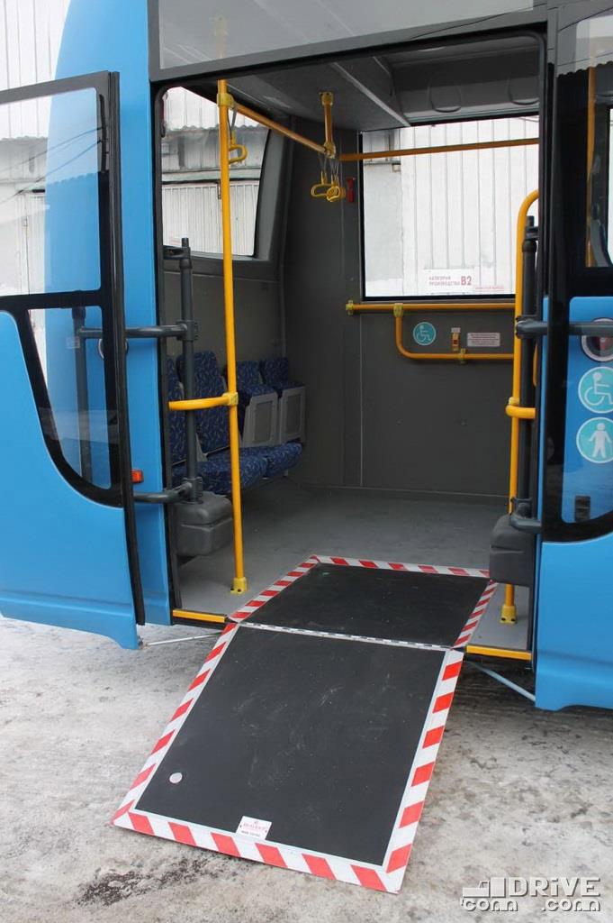 Вот она, идеальная 3-я дверь, самая удобная для ротации пассажиров. А то, что пандус откидывается вручную, так у нас не так часто его нужно использовать
