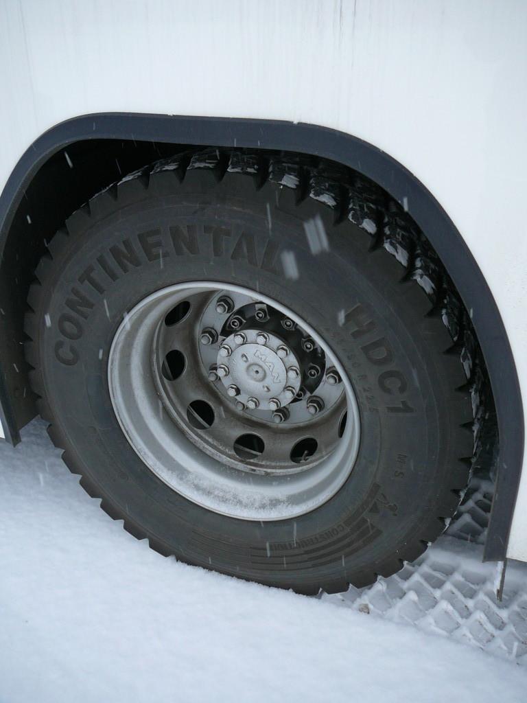 Довольно зубастая резина позволила нам от души погонять по снежной целине, не опасаясь увязнуть