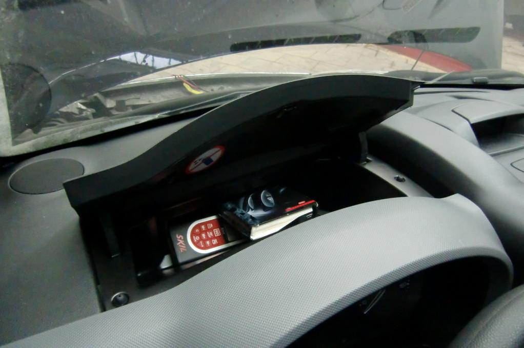 В перчаточный ящик перед рулем влезут не только перчатки, но и более объемные и важные предметы