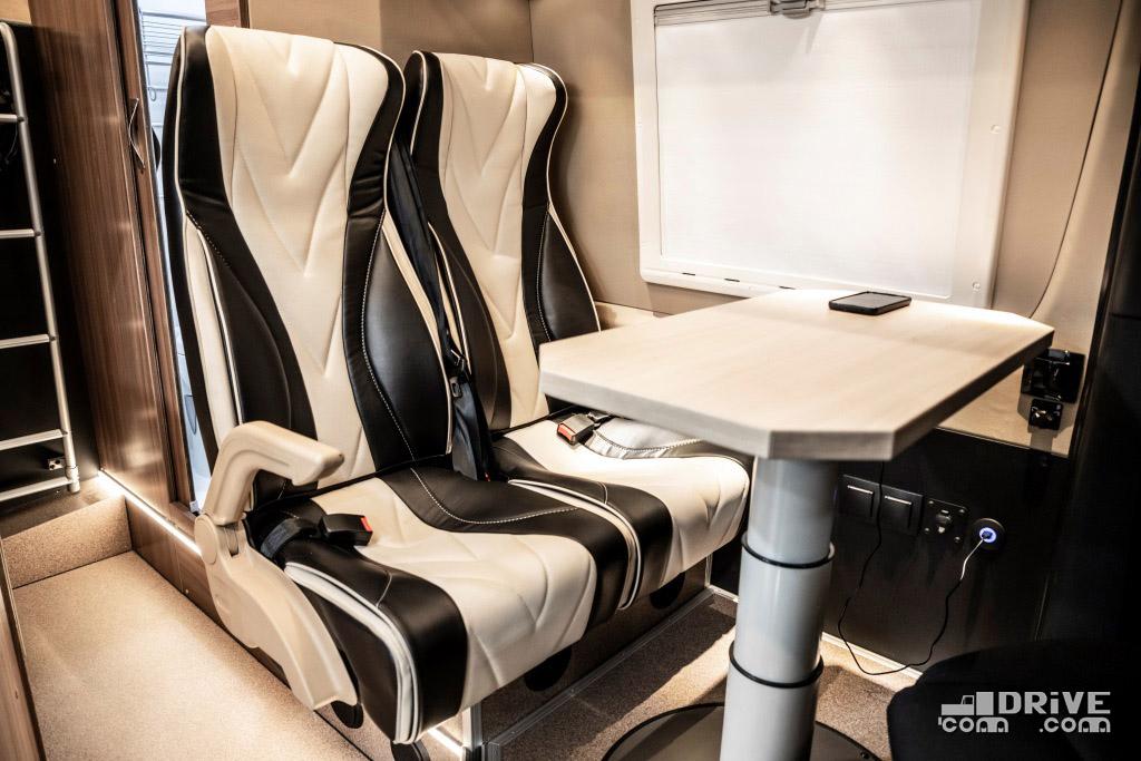 Складной столик может регулироваться по высоте, что позволяет соорудить при необходимости эрзац-кровать