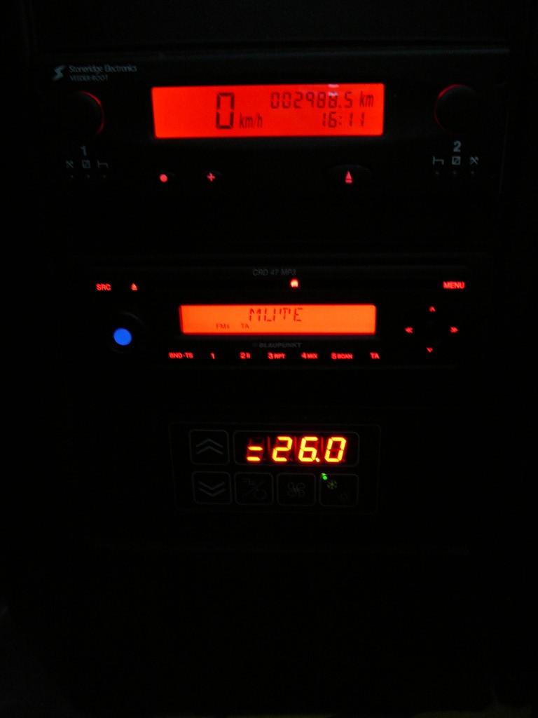 MP3 магнитола в городском автобусе – это «плюс». Над ней электронный тахограф на два водителя, а снизу климат-контроль салона