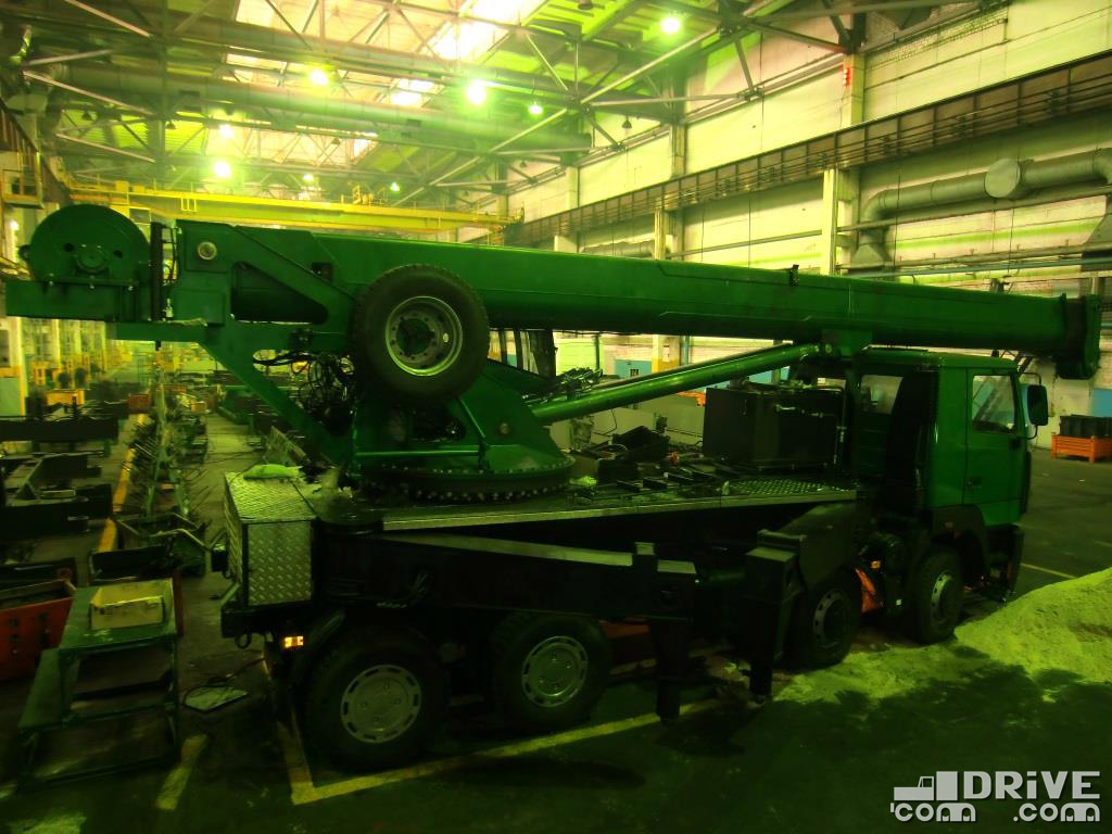 А ведь  2012 году на этом самом месте заводчане показывали мне свой первый опытный 40-тонник КС-6571ВY на шасси МАЗ-6516A8. Не срослось...