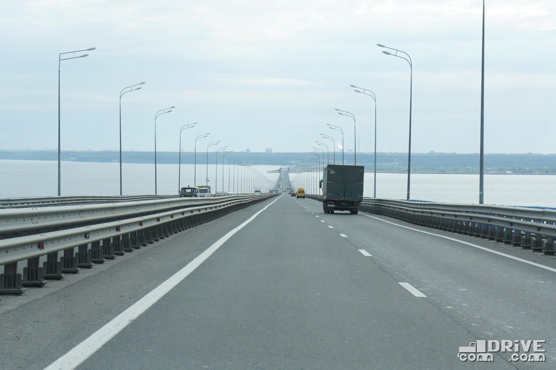 """Вид на переправу с """"верхнего"""" берега. Мост четырехполосный, с внушительным разделительным барьером. А вот пешеходам по нему ходить запрещено, хотя отгороженная от проезжей части пешеходная дорожка имеется"""