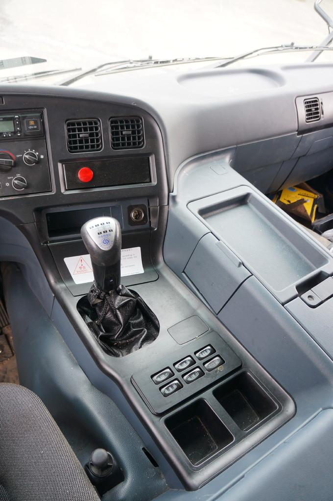 Мини-рычаг КП, клавиши обогрева зеркал и подогрева топлива, ABS и т.п. - на приливе тоннеля