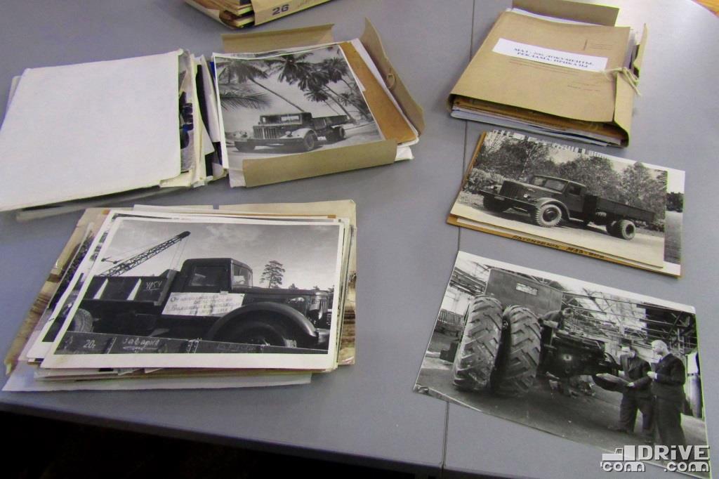 """Фотографии из папки """"Автомашины МАЗ 200-го семейства"""". Внизу справа: конструктор Шапошник Б.Л. возле МАЗ-525"""