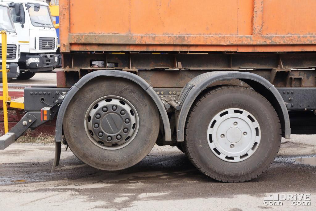 Погрузочная высота шасси на шинах 315/60R22.5 - 930 мм, на шинах 315/80R22.5 - 985 мм. Длина заднего свеса от 3-й оси - 1000 мм