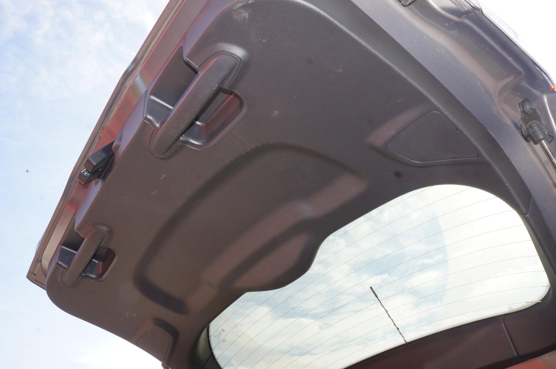Захлопывать крышку багажника удобно за ручки, расположенные по обе стороны створки
