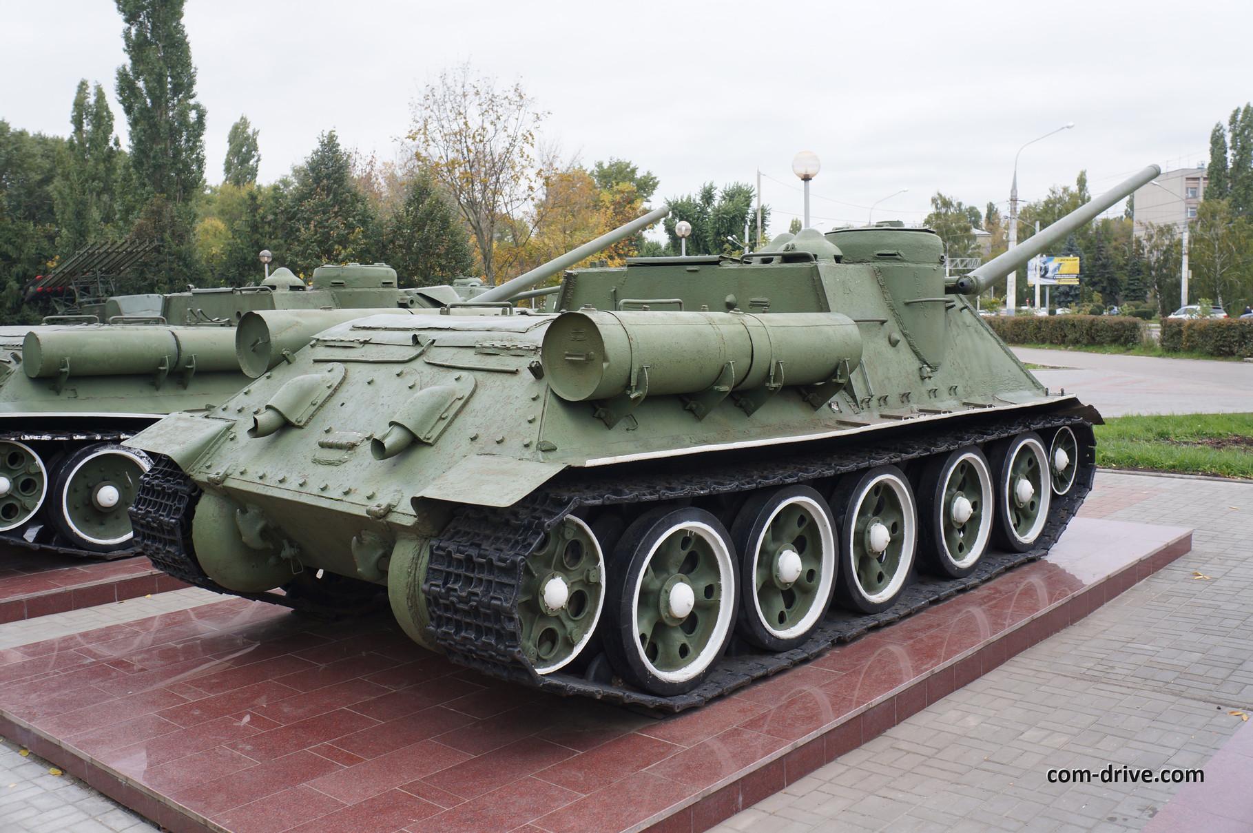 """Поэтому в центре """"Музей-диорама"""" экспонируются сразу две установки СУ-100. Первая несет бортовой номер """"100"""""""