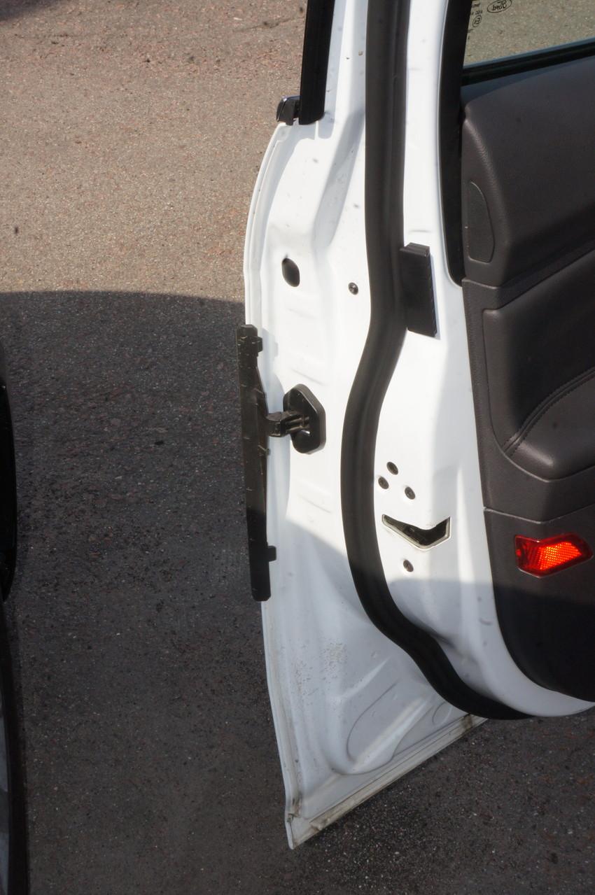 Обалденная фишка!!! Пластмассовая выдвижная защита, предохраняющая двери от повреждения о соседние предметы. Но помните, при резком закрытии двери может сломаться
