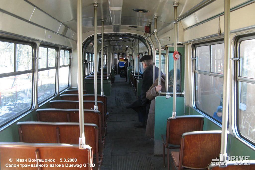 Немецкие вагоны имели четыре служебные двери и непривычную планировку салона - двойные сиденья вдоль левого борта. Фото Ивана Войтешонка. 05/03/2008
