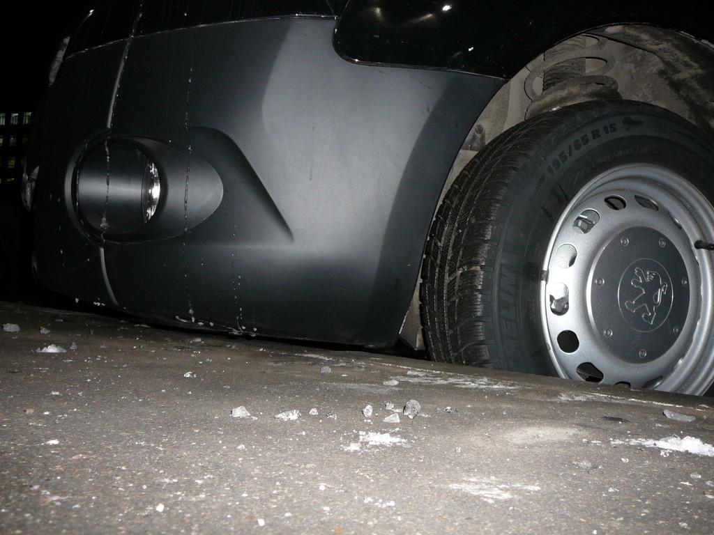 Даже высокий бордюр не помеха для парковки, хотя с виду и не скажешь