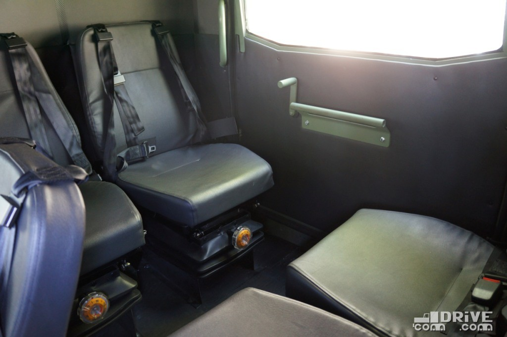 Сиденья в корме расположены вдоль бортов, но так же имеют пневмоподвеску и четырехточечные ремни безопасности