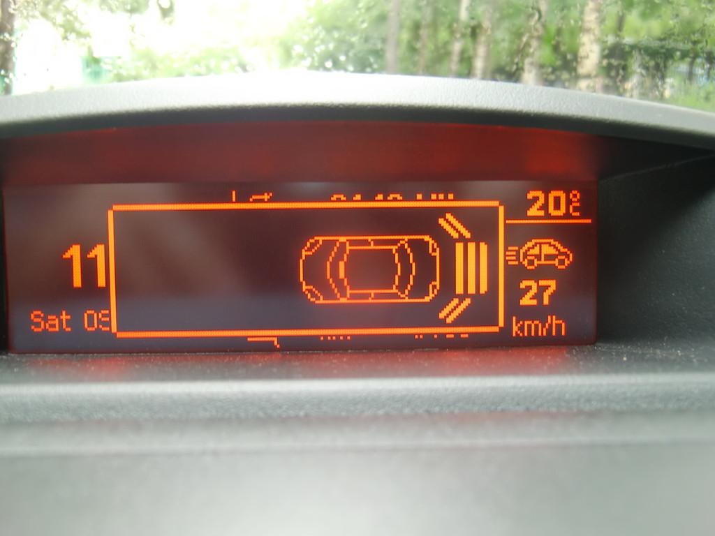 Показания парктроника выводятся прямо поверх информационного табло