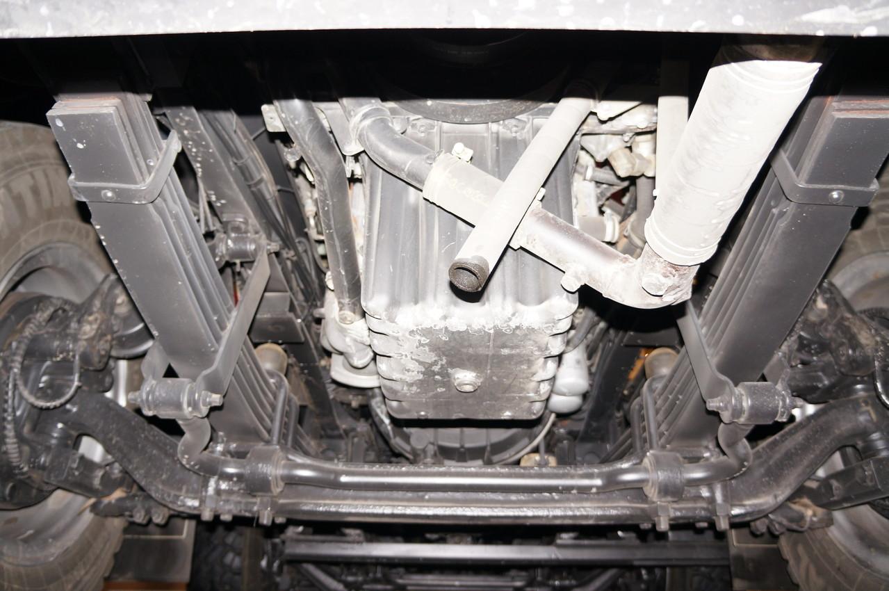 Защита двигателя отсутствует - в ее роли балка передней оси, хотя с этой задачей она справляется едва ли наполовину