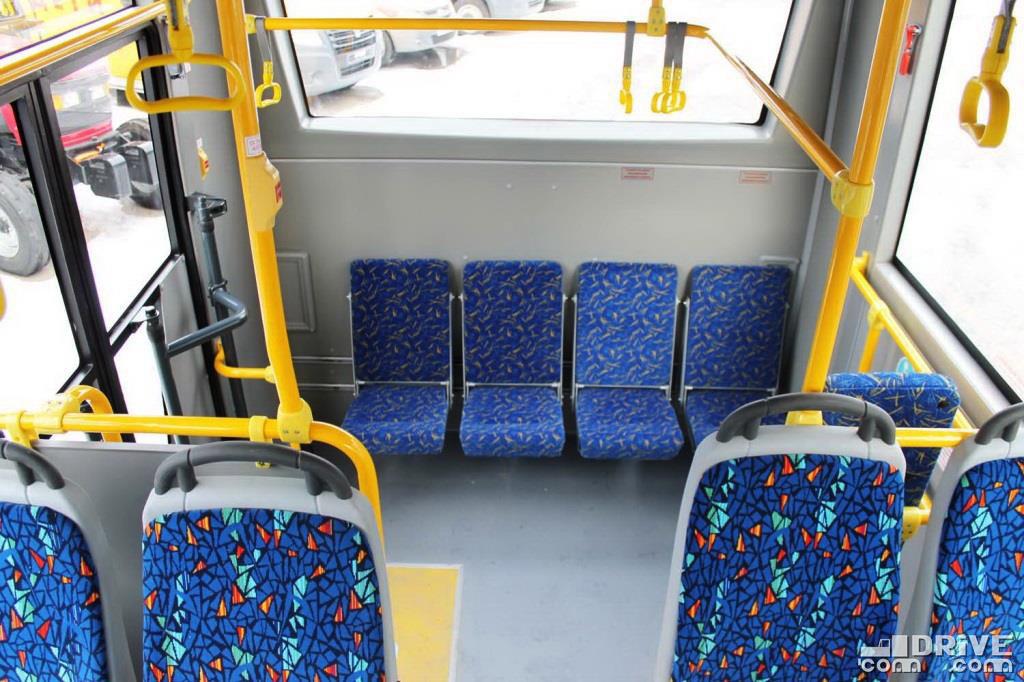На задней площадке четыре страпонтена - практически повсеместное решение для рамных автобусов с заниженным задним свесом